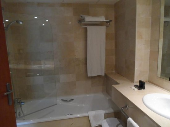 Melia Benidorm: Bath/shower