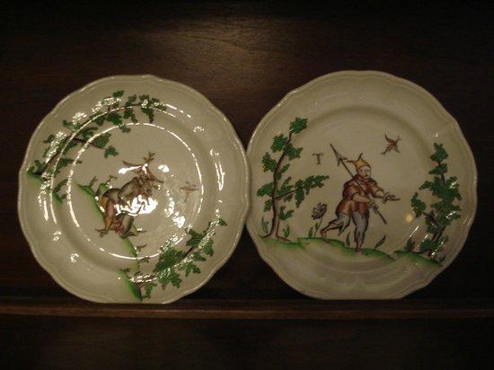 Silla Hotel: Старинная посуда даже в зале для завтраков