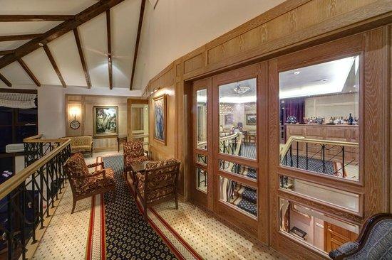 Villa Mary Restaurant & Club: Hennessy Lounge