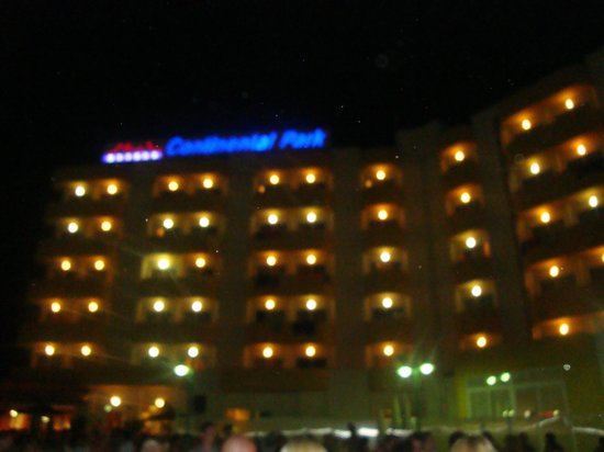 Hotel Roc Continental Park: Hotel at night