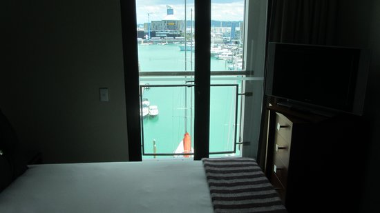 The Sebel Auckland Viaduct Harbour: Bedroom and Balcony