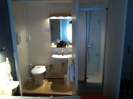 attention salle de bain surprise picture of hotel du commerce les sables d 39 olonne tripadvisor. Black Bedroom Furniture Sets. Home Design Ideas