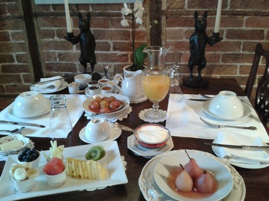 Tudor Cottage Bed & Breakfast: Breakfast fit for a king!