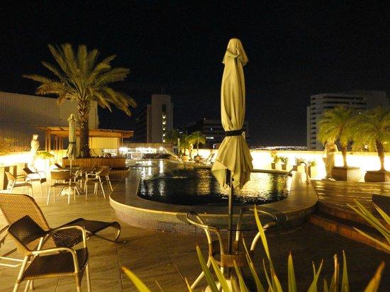 San Marco Hotel : La piscina de noche, muy bonita, se puede cenar al borde de ella