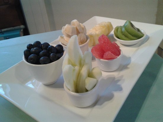 Tudor Cottage Bed & Breakfast: Fresh fruit platter