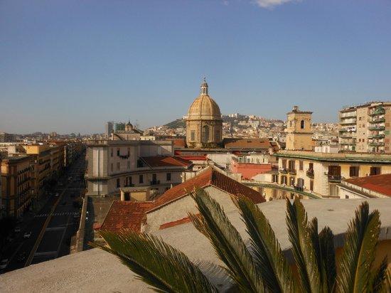 UNA Hotel Napoli: La ville vue de la terrasse