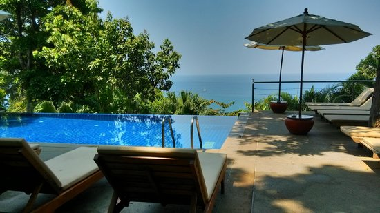 Secret Cliff Resort: Pool with sea view