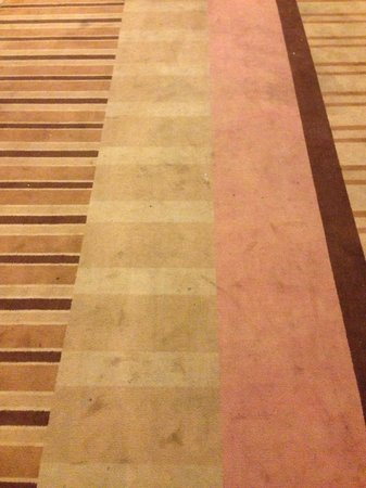 Flamingo Las Vegas Hotel & Casino: Tired carpet