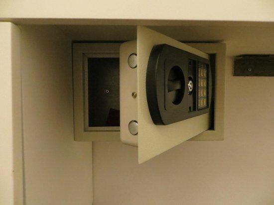 Infinito Hotel: safe deposit door got stuck and wouldn't open completely