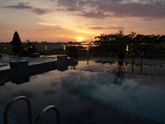 Le Meridien Kota Kinabalu: Sunset on the Pool deck