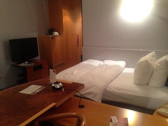 Crowne Plaza Hotel Hannover: bed from the window
