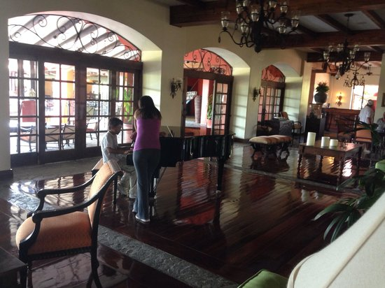 Los Suenos Marriott Ocean & Golf Resort: Piano at lobby for our enjoyment