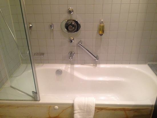 Crowne Plaza Hotel Hannover: bathtub