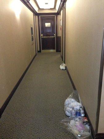 Mount Royal Hotel: trash left outside rooms