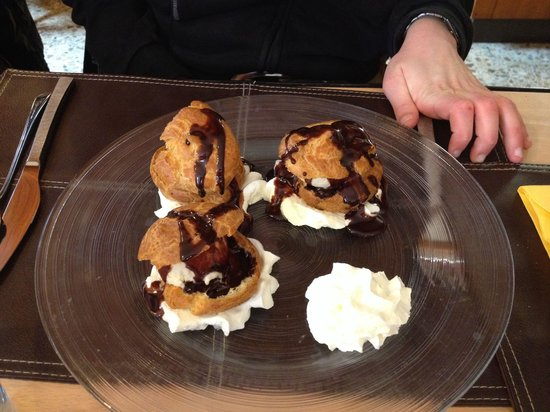 la goule : Les fameuses profiteroles au chocolat et boule vanille