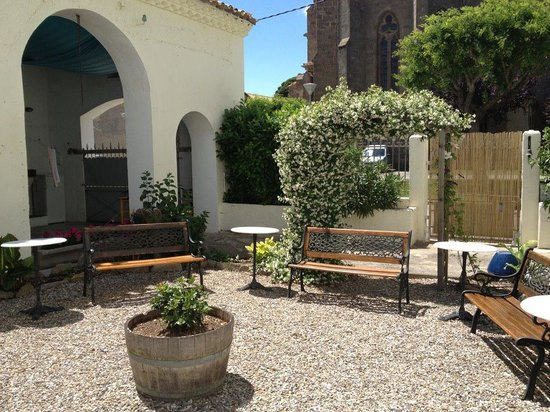 Pepieux, France: Lovely court yard.