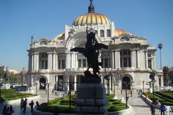 Palacio de Bellas Artes: Vista da rua tirada com escultura na frente e no meio.