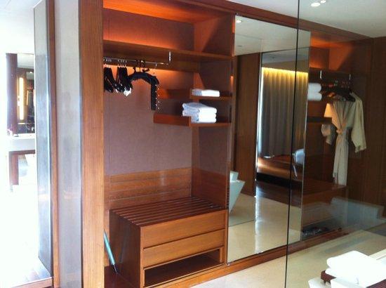 Hansar Bangkok Hotel : Wardrobe