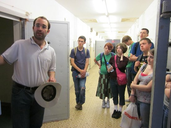 Gedenkstätte Berlin-Hohenschönhausen: High school students from Massachusetts visit a cell at Hohenschönhausen.