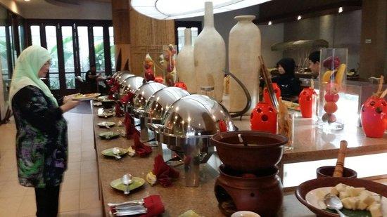 Banana Inn Hotel & Spa: Breakfast buffett spread.