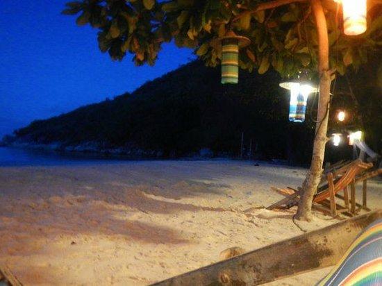 Longtail Beach Resort: Strand am Abend