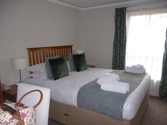 The Knight Residence by Mansley : Large bedroom with TV