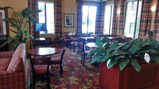BEST WESTERN Orlando East Inn & Suites: Breakfast area. Photo didn't do it justice. It was very nice.