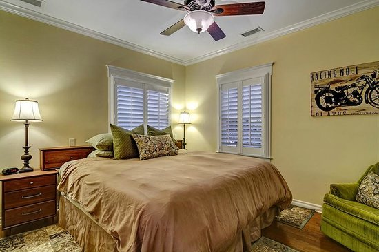 Hillcrest House Bed & Breakfast: King Bedroom at the Bungalow