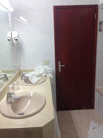 Hotel Adonis Plaza: The bathroom