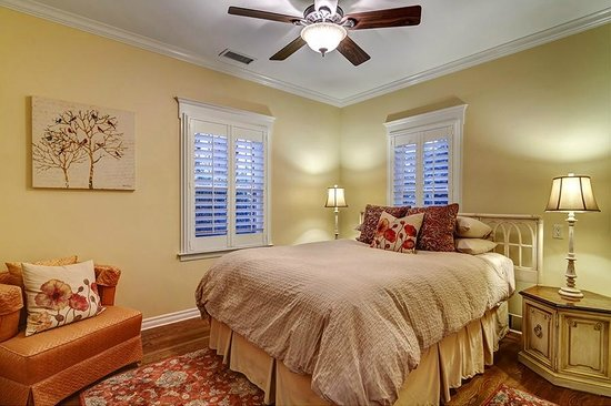 Hillcrest House Bed & Breakfast: Queen Bed at the Bungalow