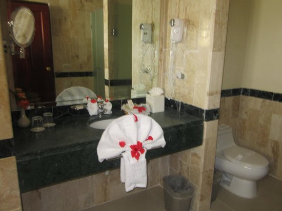Grand Bahia Principe Cayacoa: Such a cute bathroom, complete with a jacuzzi. It was so nicely upgraded.