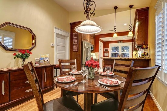 Hillcrest House Bed & Breakfast: Diningroom at the Bungalow, perfect for (4)