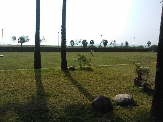 Nalla Eco Beach Resort: lawn
