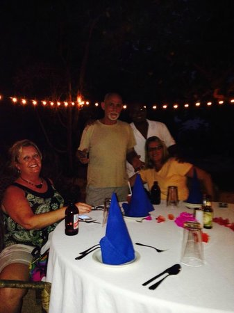 Coral Cove Resort: Captain Georgie, Yeng and friends at dinner....