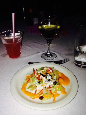 Coral Cove Resort: Wonderful salad and wine at dinner