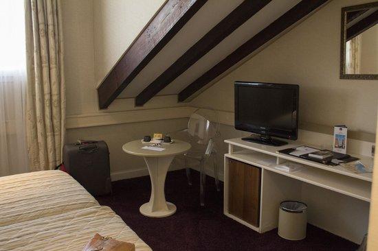 Best Western Alba Hotel: Mesa con sillas y frigobar