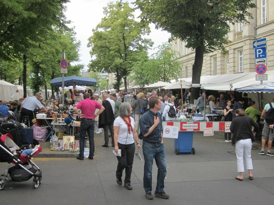 Strasse des 17 Juni Flea Market: Room to stroll and shop at flea market Strasse des 17. Juni