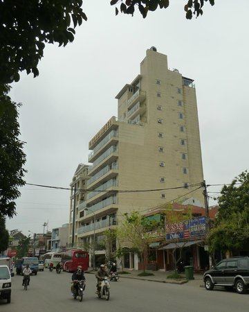 Gold Hotel Hue: Hotel viewed from the road.