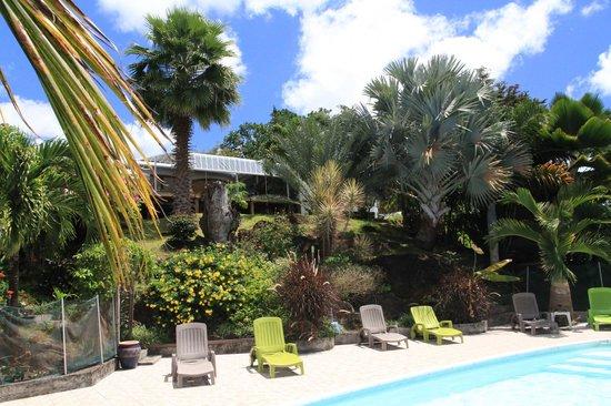 Villa Rose Caraibes : Vue de la piscine sur la maison des propriétaires