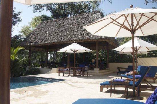 The Lodge at Chaa Creek: Dining cabana beside pool