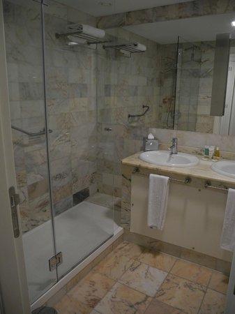 Iberostar Grand Hotel Mencey: Salle de bain à douche de l'Iberostar Mencey