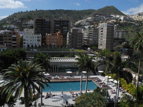 Iberostar Grand Hotel Mencey: Vue depuis le balcon de la chambre, vers la piscine de l'hotel