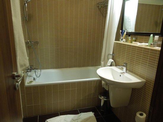Fraser Residence Budapest: Bathroom (also had separate shower)
