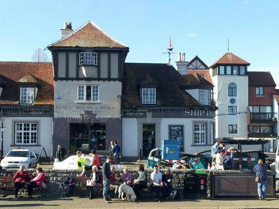 The Ship Inn: Great location on the Quay