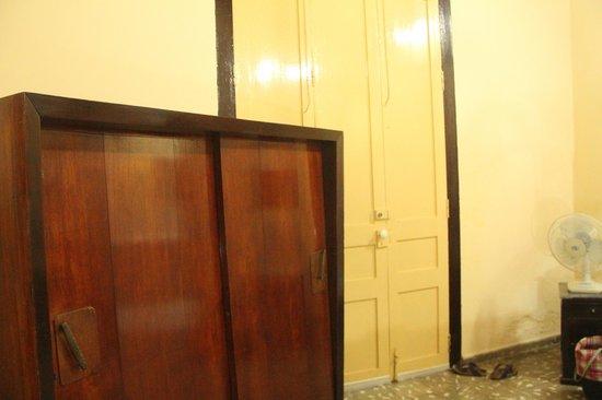 Hostal Los Hermanos: Clonial cupboard in our room