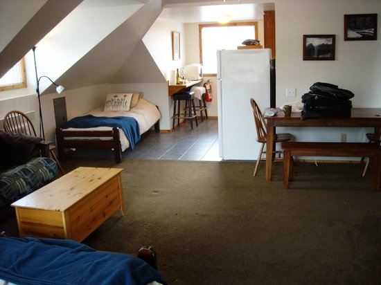 Rocky Mountain B&B: Chambre 10 - Vu du salon vers la cuisinette