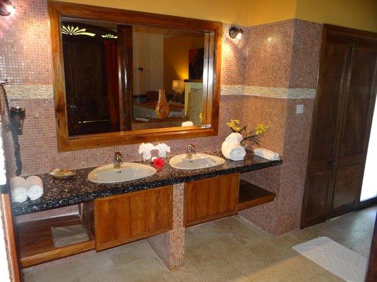 Le Duc de Praslin : Spacieuse salle de bains