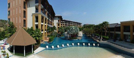 Rawai Palm Beach Resort : Prise de la terrasse au dessus du restaurant