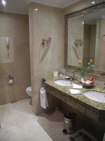 Hotel Botanico & The Oriental Spa Garden: Salle de bain (avec son vase et sa rose) de l'hotel Botanico