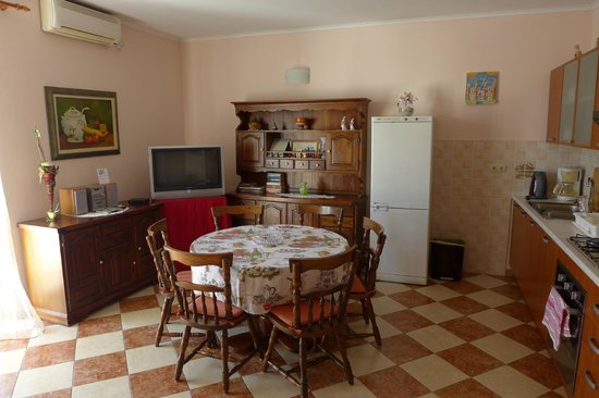 Split Apartments - Peric Hotel: kitchen / diner